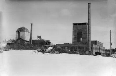 Vinmonopolets rektifikasjonsanlegg på Martodden i Hamar: bare betongskallet av bygningen og den høye pipa er ferdig.. Foto/Photo