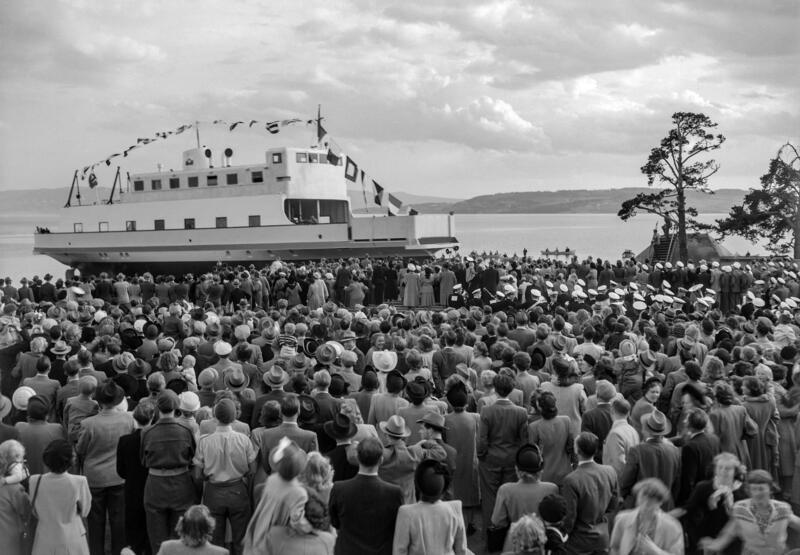 Svart-hvitt foto av ferje pyntet med flagg og en stor folkemengde. (Foto/Photo)