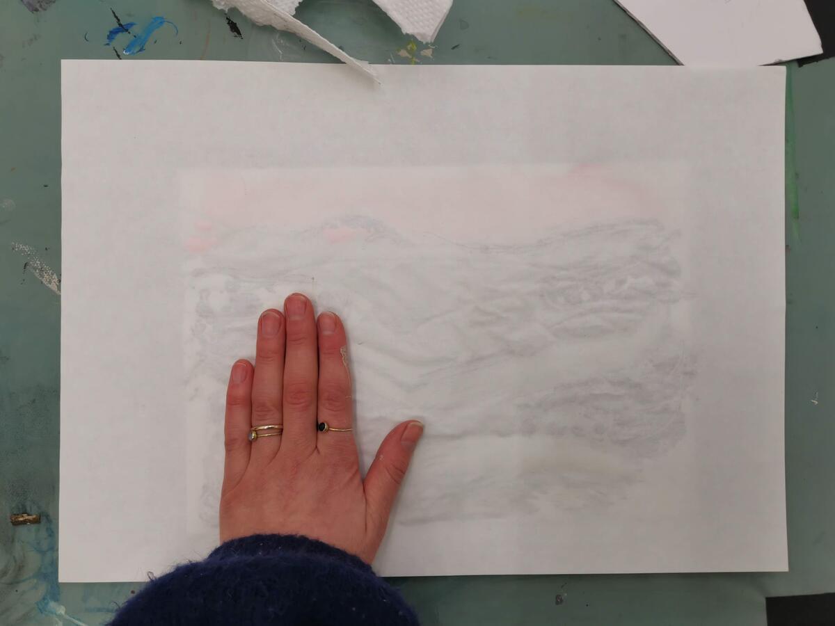 Legg over et nytt ark, gjerne et som er større enn plastmappen, slik at det dekker hele. Stryk over med håndflaten. (Foto/Photo)