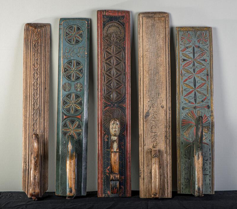 Anno Domkirkeoddens samling av mangletrær favner en stor bredde i utsmykking. Fra de eldste, umalte med dateringer fra 1600-tallet, dekorert med utskjæringer og karveskurd (geometriske figurer), til de rosemalte fra 17- og 1800-tallet. (Foto/Photo)