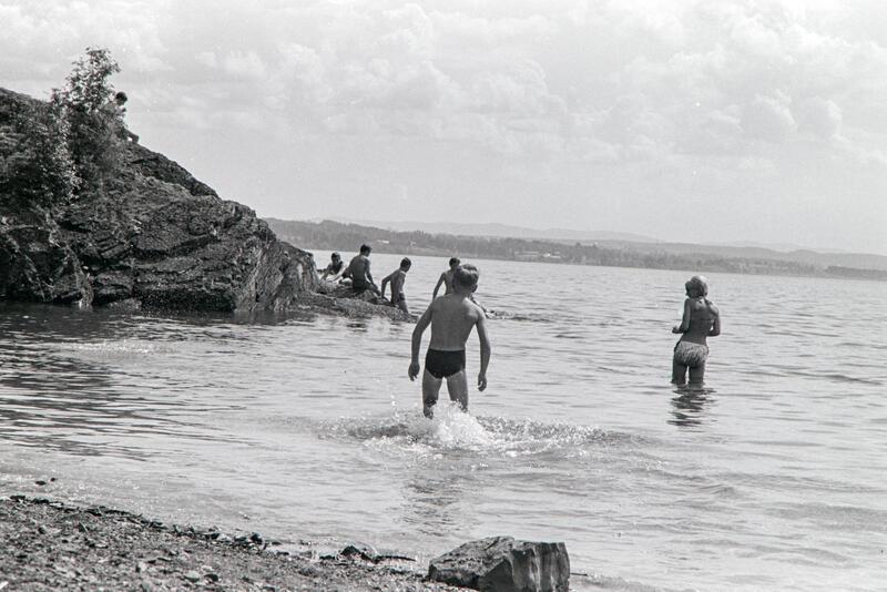 Svart-hvitt foto av barn som bader ved et skjær i Mjøsa. (Foto/Photo)