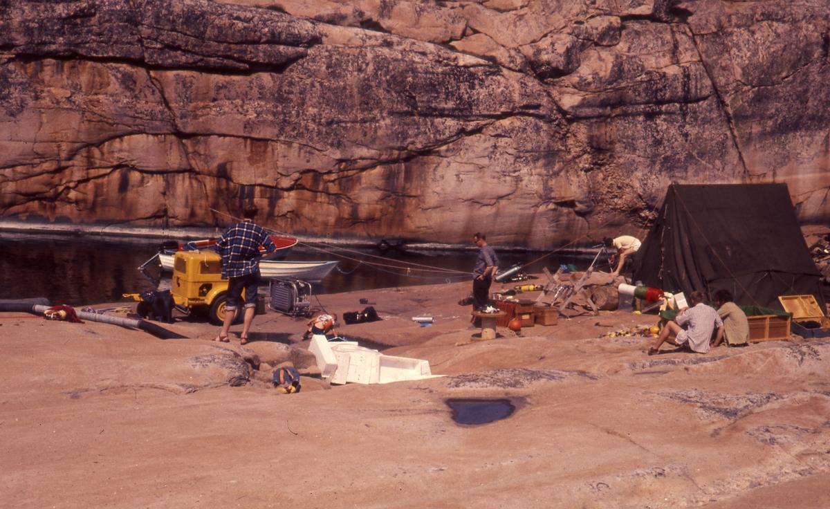 Felt 1967. Telt, liten båt, pumpe, oppheng og slange.