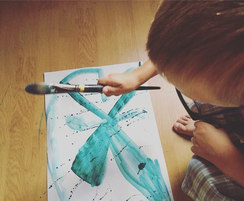Bilde av et barn som maler på gulvet på Anno Klevfos industrimuseum. (Foto/Photo)