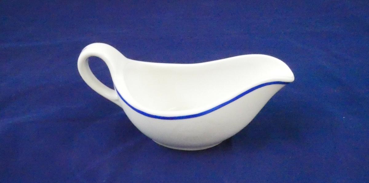 Sausenebb i hvitt porselen med en blå stripe som går rundt øverst på nebbet og på håndtaket.