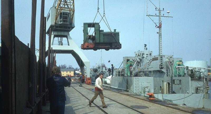 Olaf Wiegels på vei over jernbanesporet. I krana henger Deutz dieselloket «Steinvik». Foto: Kommandørkaptein Stein Moen, sjef i Marinemuseet i Horten. (Foto/Photo)