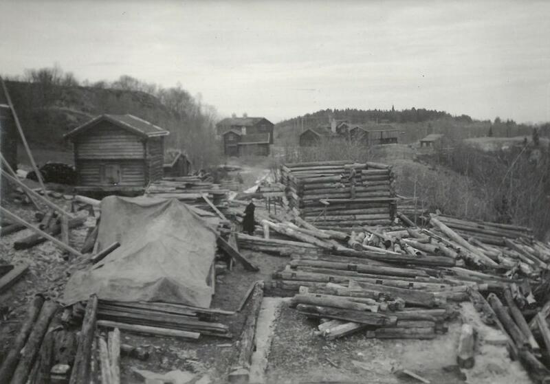 Gjenreisingen av tunet på Sverresborg i 1934 til 1937. 120 lastebillass ble kjørt fra Meldalen til museet for å frakte tømmeret til de syv bygningene. (Foto/Photo)