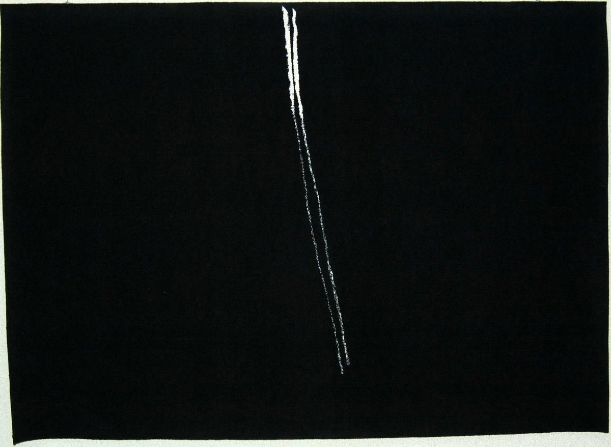 Nonfigurativt motiv. To diagonale hvite strek på en svart bakgrunn.