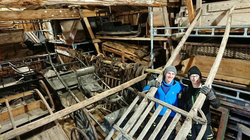 Flytting og rydding: Øystein Gjelten Bakken og Ole Oskar Langleite viser fram noen av gjenstandene på Oddentunet. (Foto/Photo)