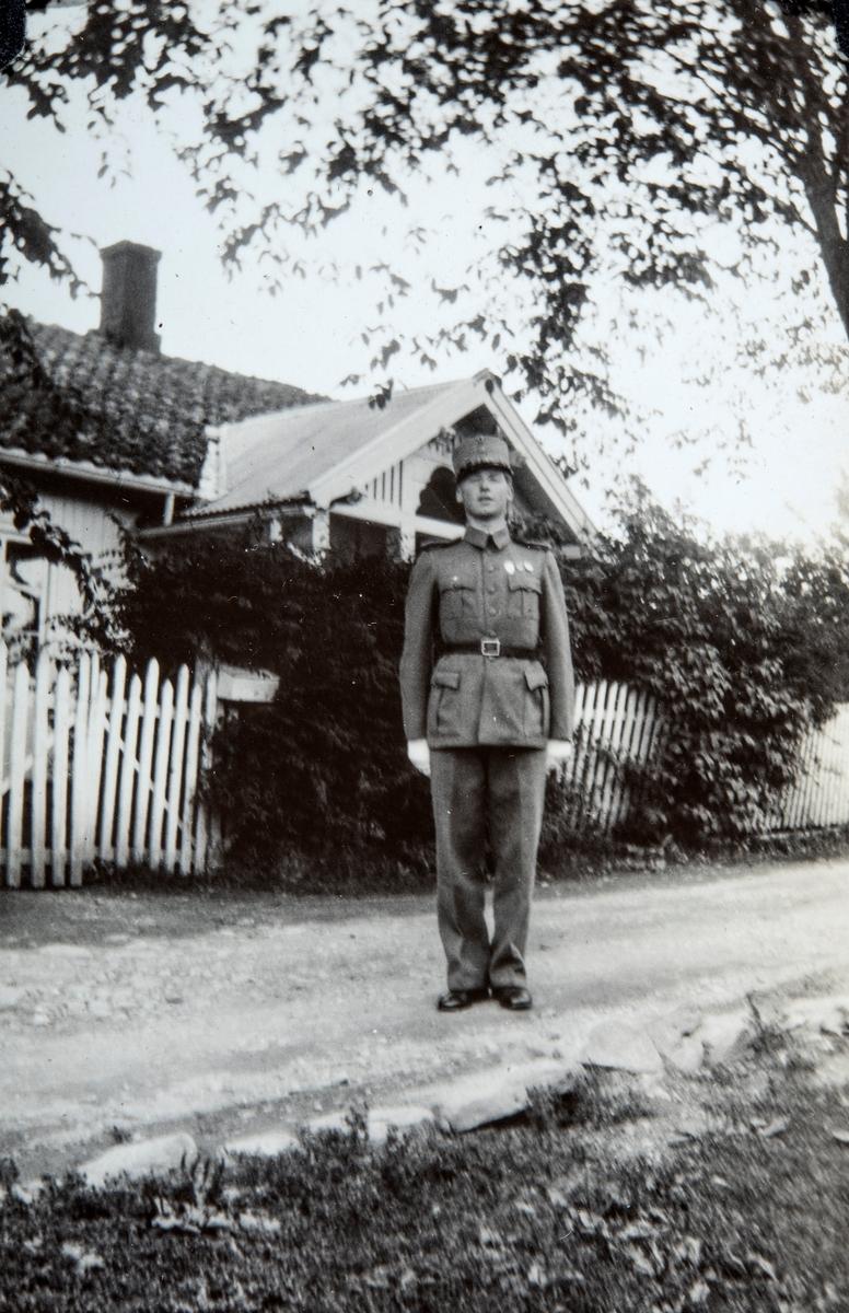 Birger Lindewall med militær uniform utenfor Vestre Gulkunrud, Ottestad, Stange.