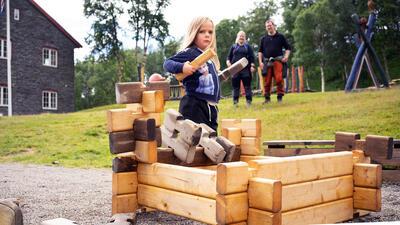 Doktortjønna - jente lafter hytte. Foto/Photo