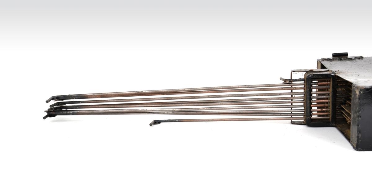 Hopplengdetavle i svartlakkert metall med to anvisningsbokser