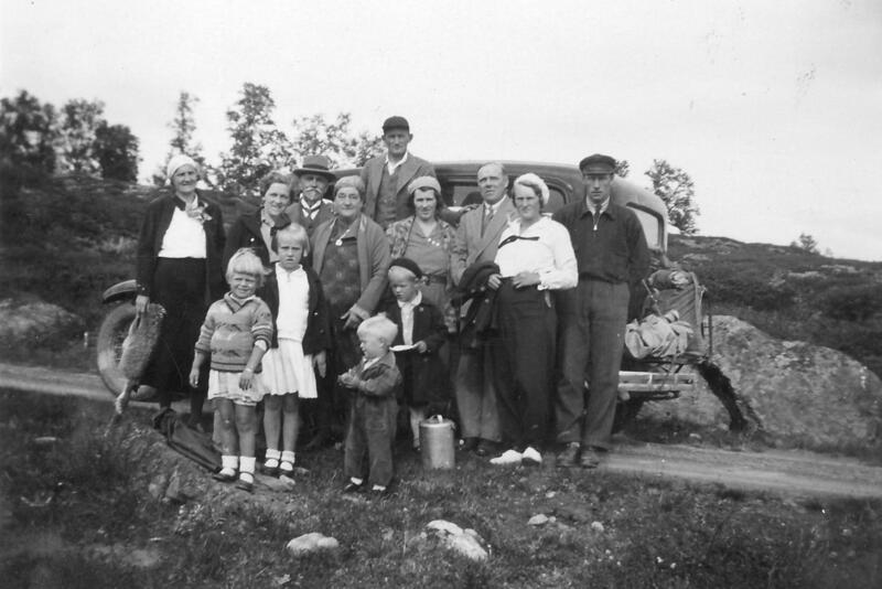 Gjeltensetra, Folldal. Familien Dhælie er på utflukt, og Leif Øyen er sjåfør.  Foto: Anno Musea i Nord-Østerdalen. (Foto/Photo)