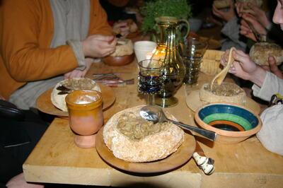 Middelaldermat på middelalderfat.. Foto/Photo