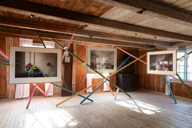 """Det er lett å holde avstand i  utstillingen """"Hjemme hos mennesker med langvarig psykisk lidelse"""". (Foto/Photo)"""