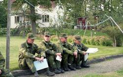 IB 12, fältövning. Officerare på genomgång.  fr.v. Major Kje