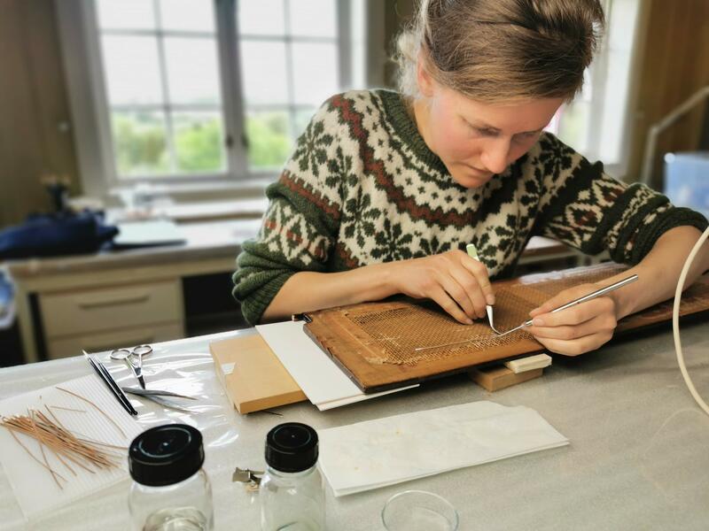 Konservator Simone Gartmann bruker både moderne og eldgamle teknikker for å konservere deler av Ringves hammerflygel. Foto: Ringve Musikkmuseum (Foto/Photo)