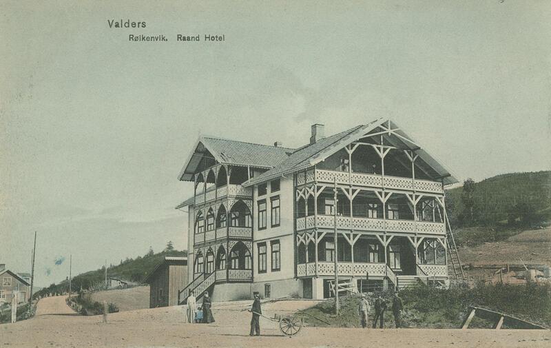 Rond hotell i Røykenvik, Brandbu, ca. 1905. Foto: Peter Alstrup Kunstforlag/Randsfjordmuseet. (Foto/Photo)
