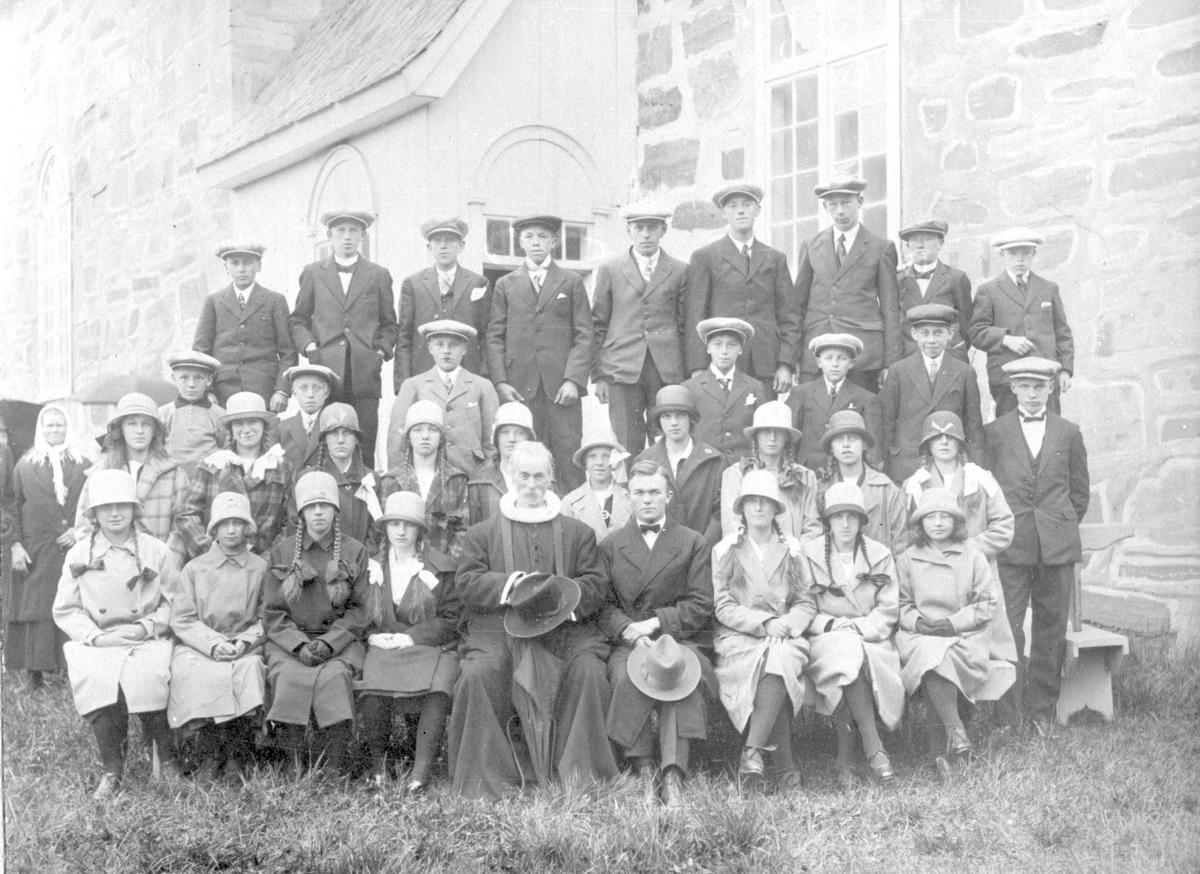 Konfirmantar ved Slidre kyrkje i 1929.