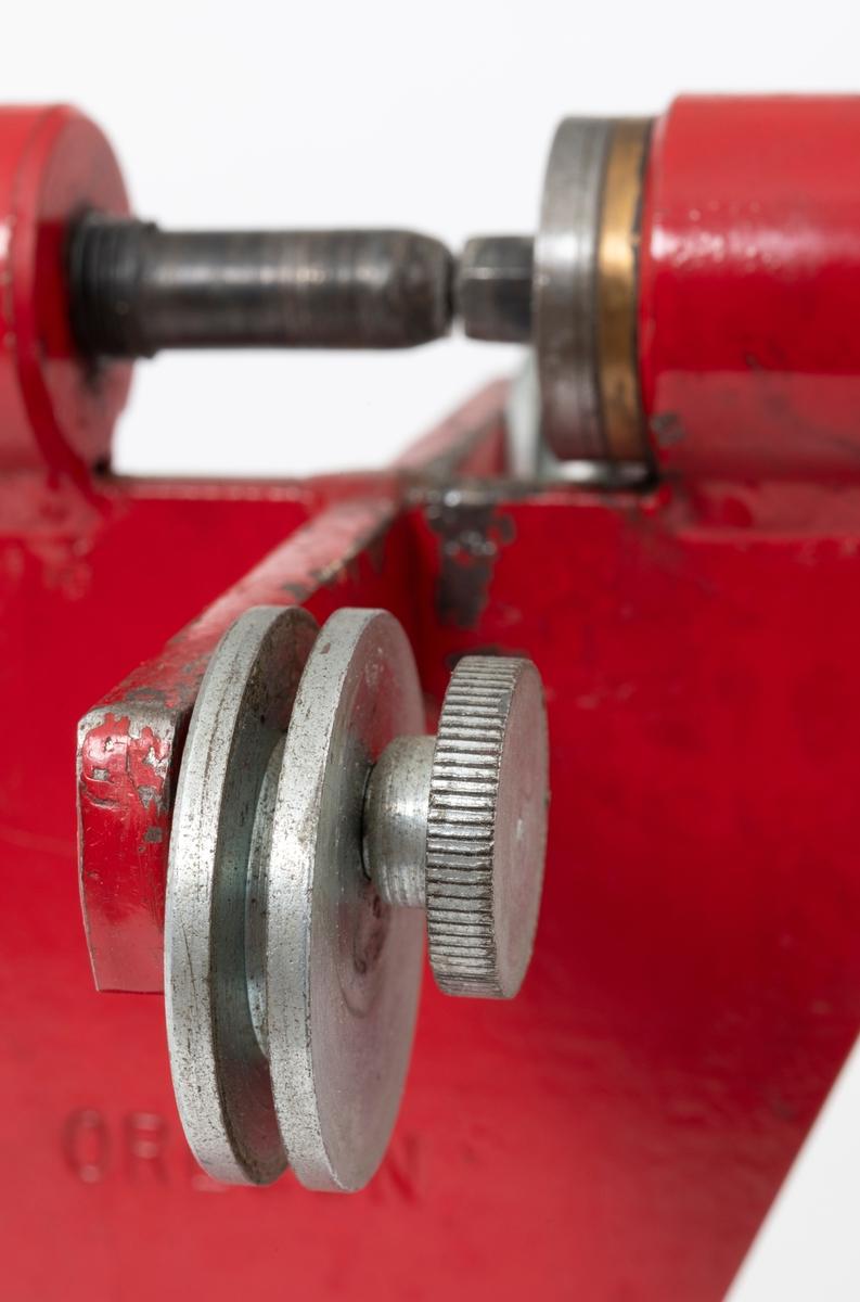 """Nagleapparat, klinkeapparat (kjedespinner), som brukes for skjøting (sammenføyning) av motorsagkjeder og kjeder til hogtsmaskiner. Nagleapparatets komponenter er i all hovedsak utført i jern/stål. Appratet kan blant annet brukes når en bytter skadete  lenker i et sagkjede, eller når det er behov for sepesialtilpassede kjedelengder.  Apparatet består av en fot, en rektagulær plate (6 x 10 cm) med to hull, som gjør det mulig å feste klinkeapparatet til en arbeidsbenk. På midten av plata er det påsveiset en vertialt stående jernplate. På tvers, midt på denne plata, er det festet et flattjern. Flattjernet er cirka 14 cm langt, 1,8 cm bredt og 0,7 cm tykt. Jernet er felt ned i et spor og sveiset fast. I hver ende av flattjernet er det metalltrinser med tilhørende strammeskruer. På toppen av den vertkalt stående jernplata gjenfinnes hendelen og sveiva. Sveiva er for øvrig utstyrt med håndtak av bakelitt.   Kjedenes lenker henger sammen med hjelp av nagler. Ved å henge motorsagkjedet over apparatets to metalltrinser og skru til trinsenes strammeskruer, er kjedet klart til """"behandling"""". Kjedelenkens nagle plasseres mellom apparatets hendel og sveiv.  Hendelen, som er butt i enden, er utstyrt med gjenger. Ved å vri på hendelen føres naglen som skal festes mot appratets sveiv. På sveivas side det en pigg som legges an mot naglen. Naglen trykkes fast mellom svivas pigg i og hendelens ende. Når en sveier, festes etter hvert naglen seg til lenken."""