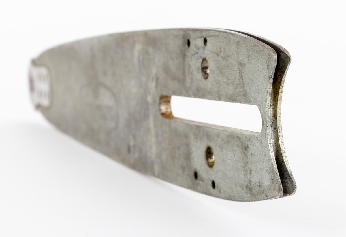 Sverd, motorsagsverd, laget av fjærstål. Sverdet har innvendig styring: Det er utfrest et spor i sagsverdet der kjedets drivlenke (sporrenser, styrelenke) går.  Sporrenseren holder sporet rent, tar med seg olje og styrer kjedet slik at det ikke vingler. På begge sider av det utfreste sporet er det glideskinner som kjedets sidelenker ligger an mot. Sverdet er utstyrt med en opplagret trinse (endetrinse, topptrinse), som kan smøres med fettpresse.  (Smørehull i midten mellom topptrinsas 4 nagler.) Trinsa kan skiftes ut. Det er for øvrig sverdspissen som utsettes for de største påkjenningene.