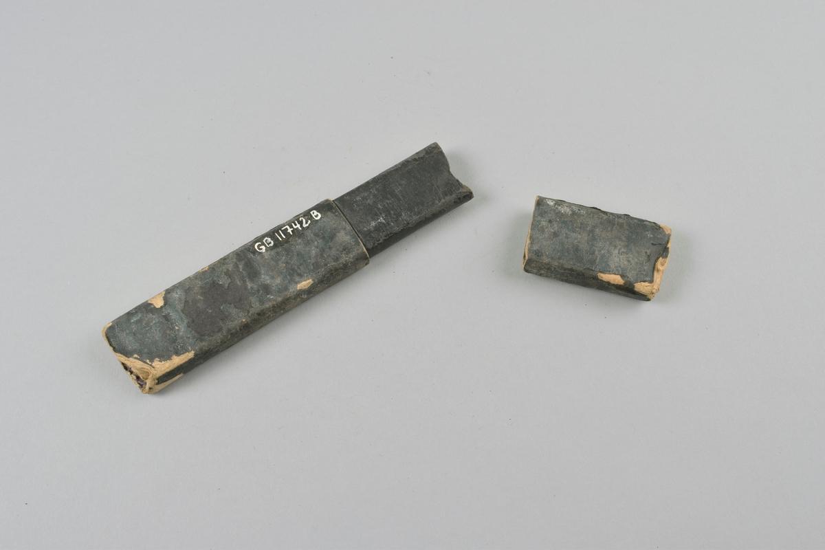 Sammenleggbar barberkniv med skaft i benmateriale med perlesnor og bladforsiring, i todelt futteral av papp kledd med tekstil.