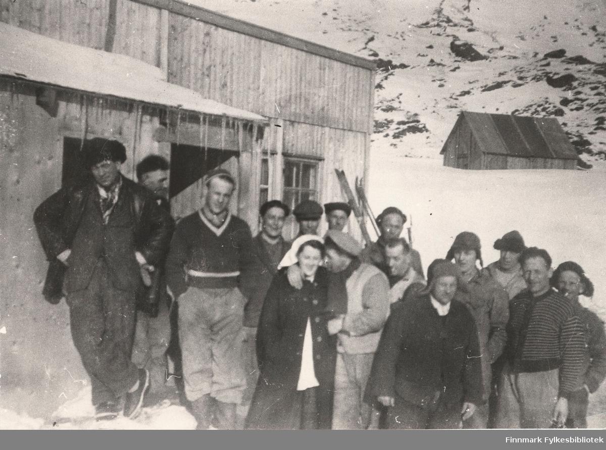Her ser vi to arbeidslag utenfor brakka i Nordmanseth i Berlevåg i 1951. Vi ser et redskapshus i bakgrunnen.