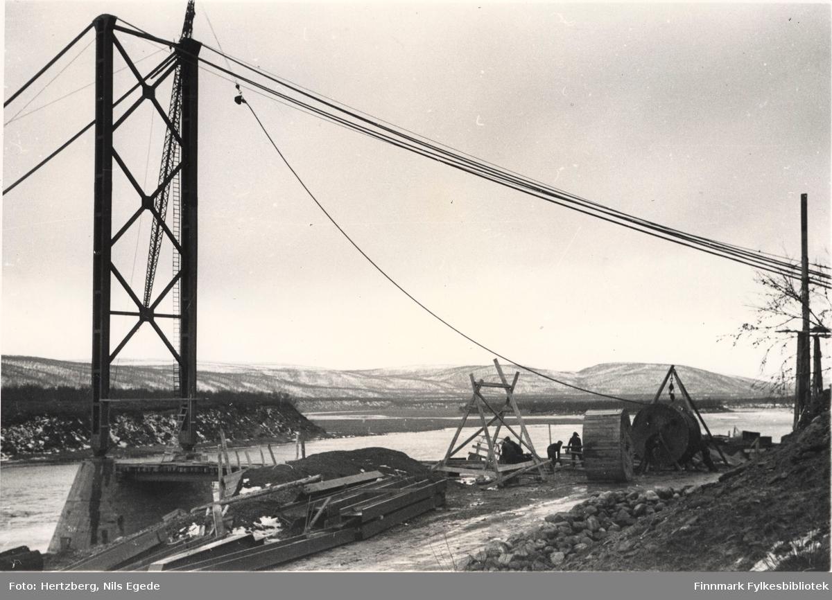 Tana bru under arbeid, 1947. Strekking av kabler. Kabelhodet opp mot tårntoppen. Østre side. Se også bildene 280-312.