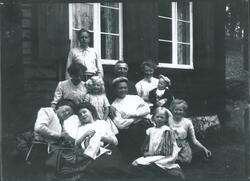 Medlemmer og venner av familien Rydgren, trolig på Mosjøhytt