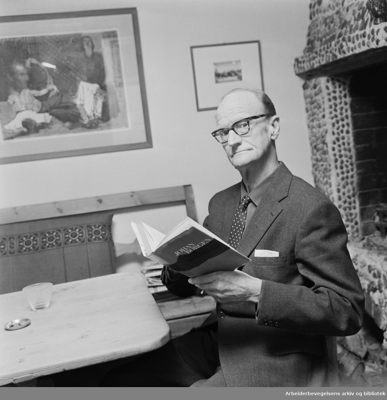 Johan Borgen mottar Nordisk råds litteraturpris for Nye noveller. Februar 1967.