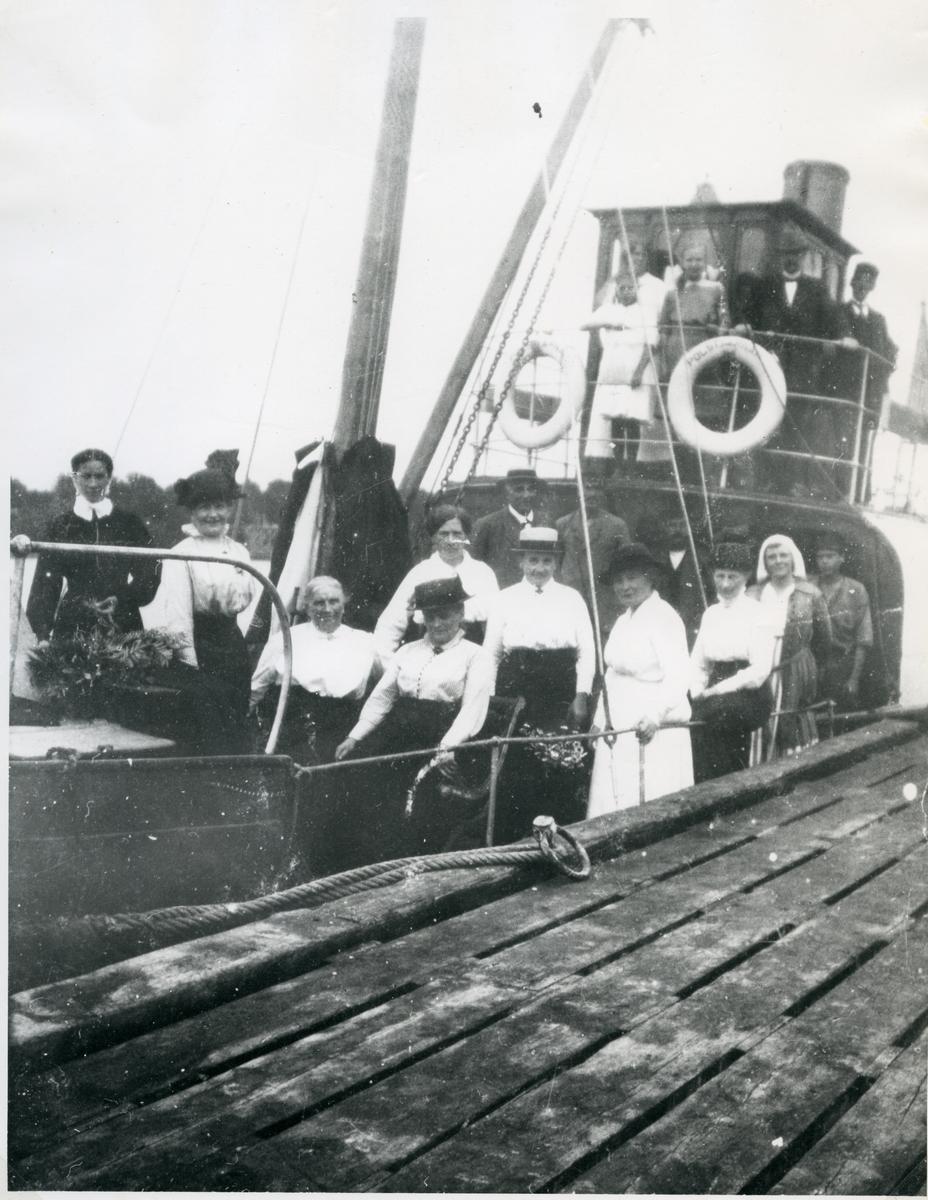 """Västerås, Sjöhagen. Djuphamnen.  Kapten Svensson m.fl. på bryggan till """"Polstjärnan"""", 1917."""