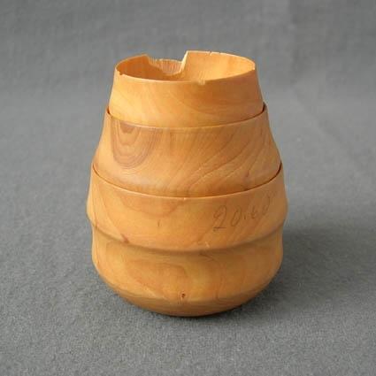 Kakmått som består av tre mått i fallande storlek inträdda i varann. Måtten var för sig ser ut som små svarvade skålar med tjock botten och väldigt urtunnad kant. I mitten är svarvat ett hål rakt genom alla tre måtten och på varje mått är en liten midja profilerad för att lättare greppa den. ACVLH 682:1 mäter (höjdxdiam) 44x62 mm, 682:2 mäter 42x57 mm och 682:3 mäter 36x46 mm. En av landshövdingefruarna i Västerbotten under 1970-talet hade sett, eller ägde själv, ett kakmått som detta och ville ha ett likadant. Det var så det kom till.