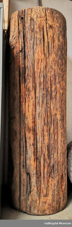 Stykke av hjørnestav fra Nes Stavkirke som er kuttet i begge ender og som er brukt som åkerrulle på gården Rødningen i Nes.  Furu, skåret sylindrisk stokk. På to steder i stokkens halve lengde er innfelt et 6 cm bredt, 2,5 cm tykt, omtrent rektangulært trestykke.  I sentrum i den ene enden er slått inn et T-formet jernstykke.  Den sylindriske stangen stikker 7 cm utenfor stokken. Angivelig er stokken fra Nes gamle stavkirke.