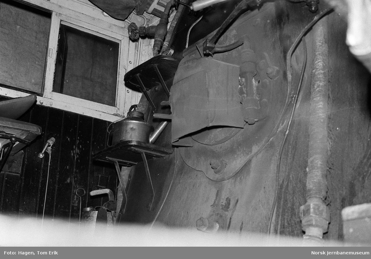 I førerhuset på damplokomotiv 26a 216 i lokomotivstallen på Hamar