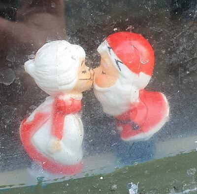 Nissefar og nissemor kysser. Foto/Photo