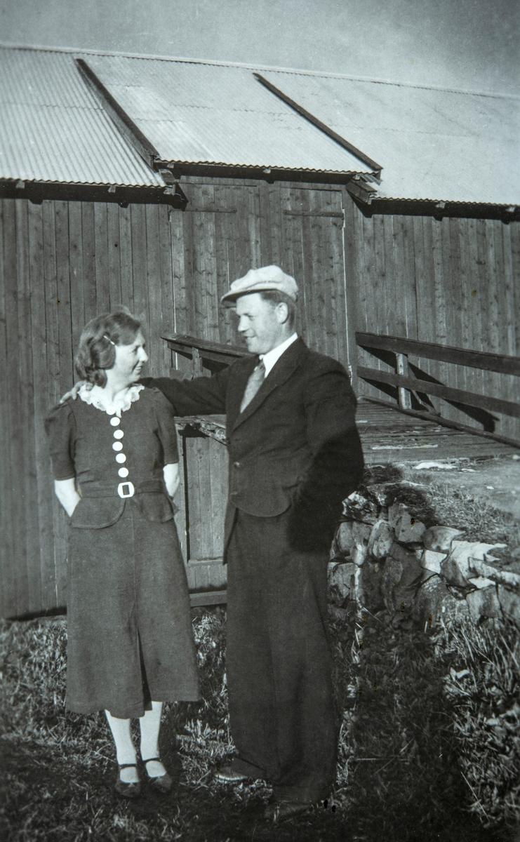 """Tilla Myhre og Lenhart Nerhagen ved låvebrua i """"Nystua"""" under Myre i Ottestad. Paret giftet seg senere."""
