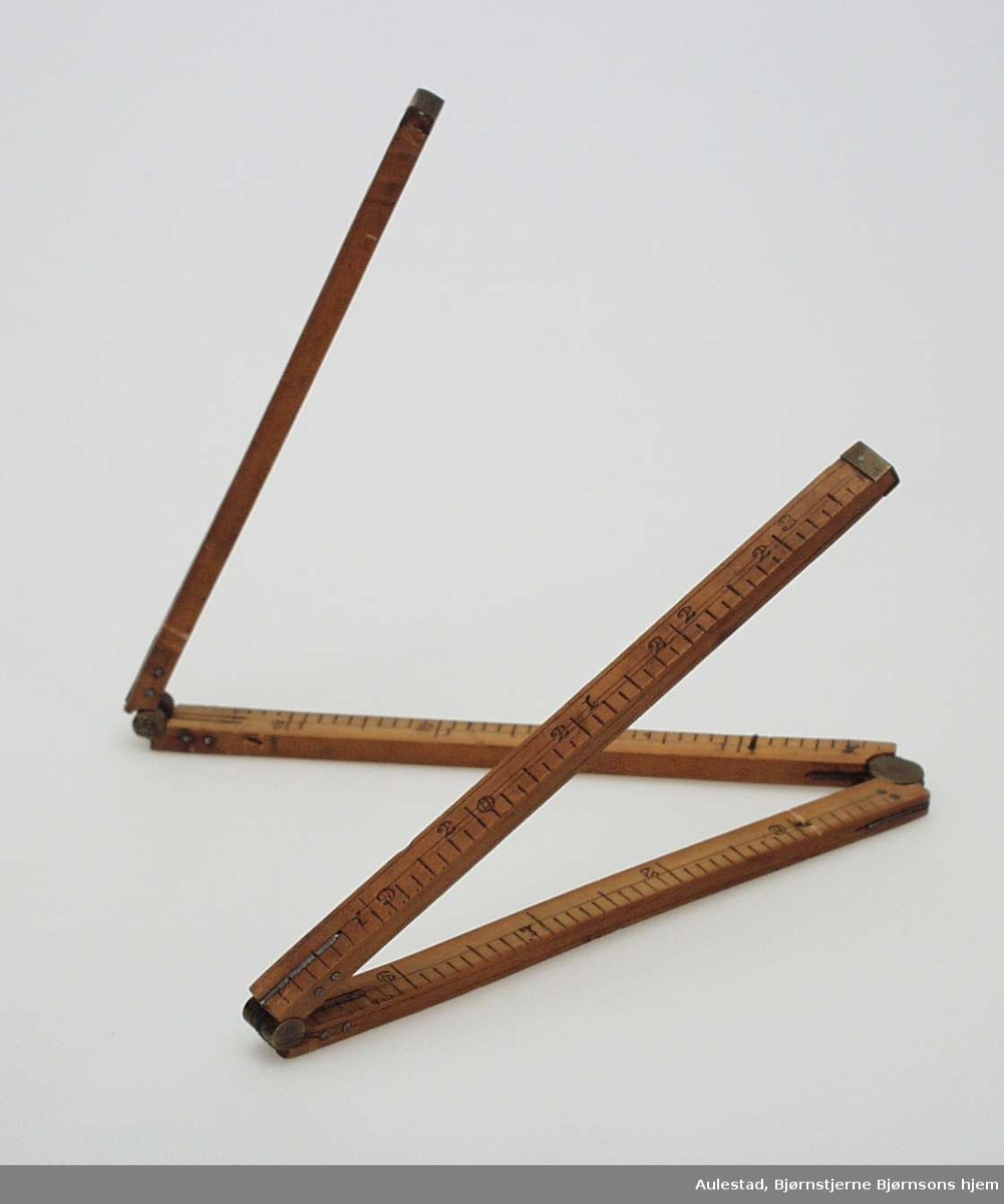 Målet er sammenleggbart og firedelt. Det er laget i tre med metallforsterkninger og fjæring.