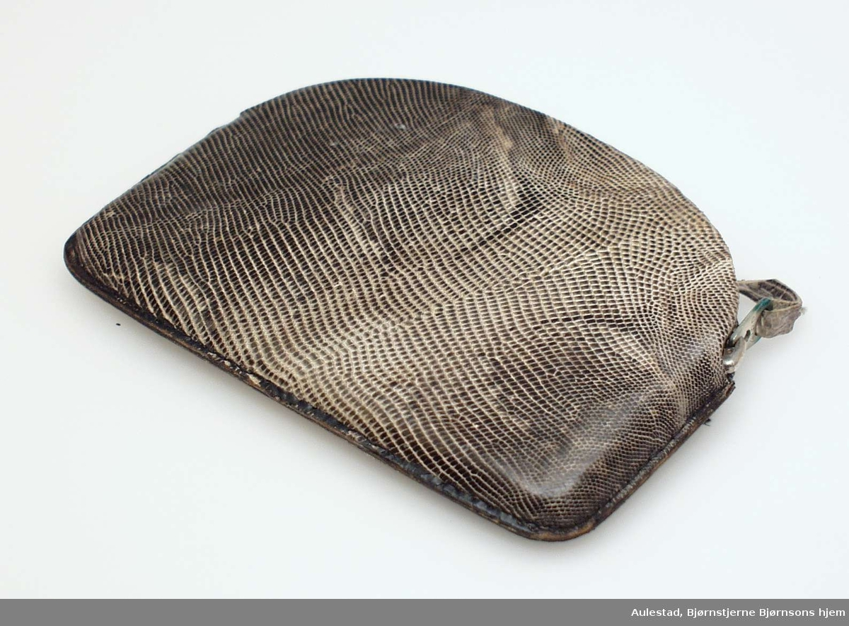 Grå pung med glidelås trolig laget i slangeskinn.