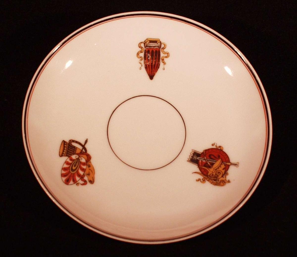 3 Herculaneum figurer. Sort rand i midten, rundt sort kant med smalere rød underkant.