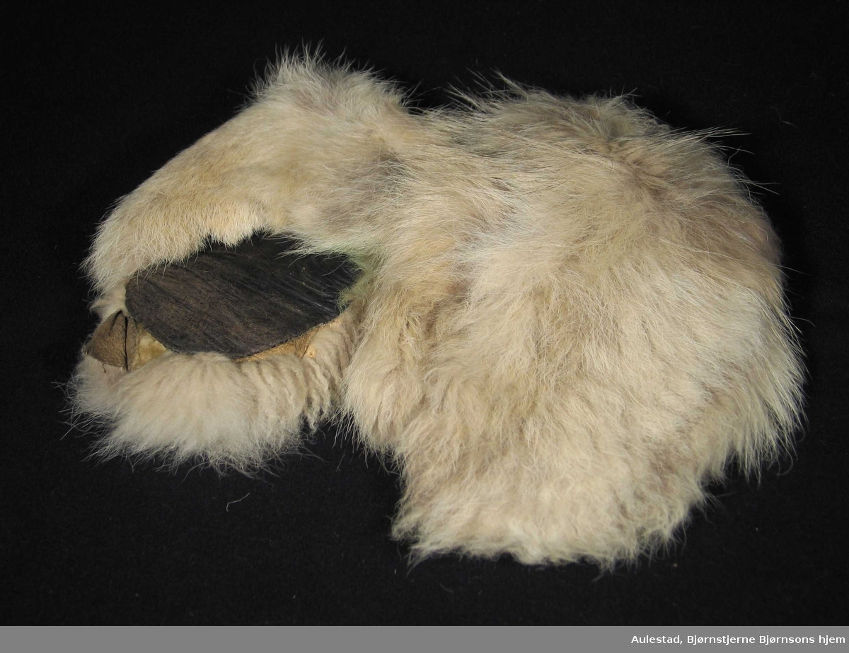 Kjørevotter i hvit/grå pels foret med sauskinn.