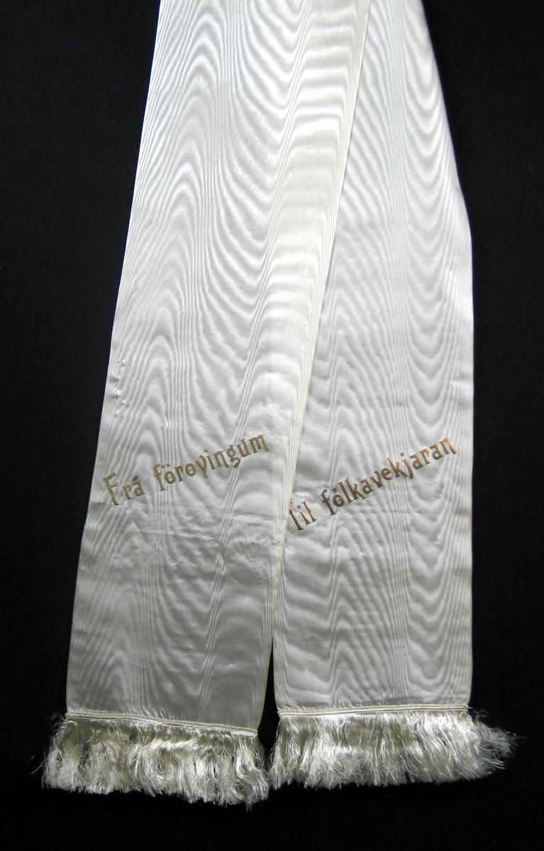 Hvit silkesløyfe med frynser.