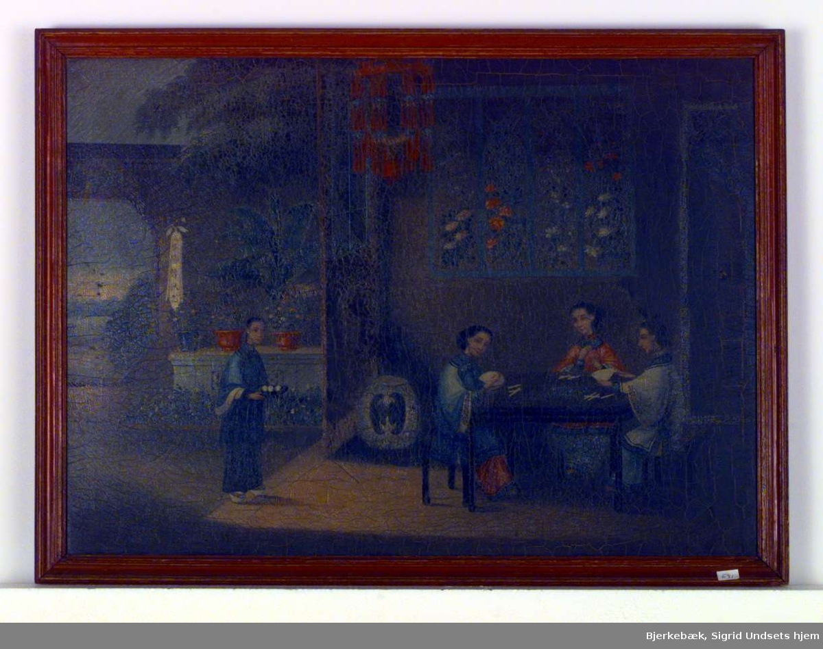 Bildet viser et kinesisk interiør med blomsterdekorasjoner, krukker med blomster, kinesisk lampe og palme. En kvinne bærer inn tre kopper på et brett. Tre kvinner sitter ved et bord og spiller et spill..