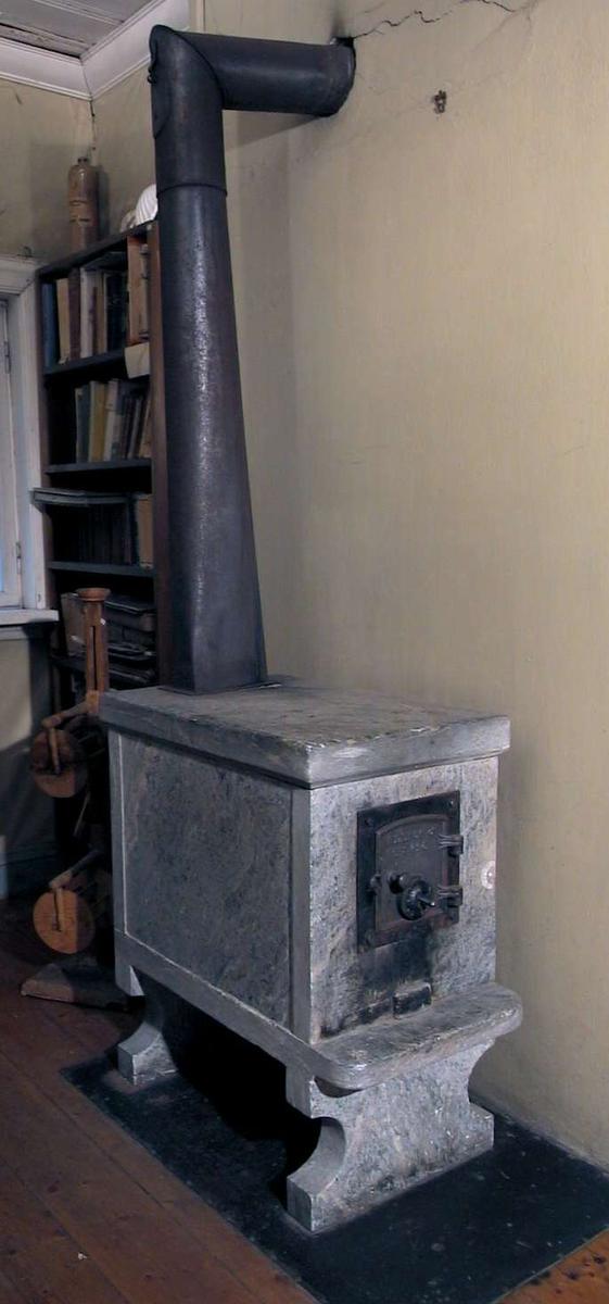 Kleber bilegger-ovn med dør i jern 'Ulefos No. 425'.