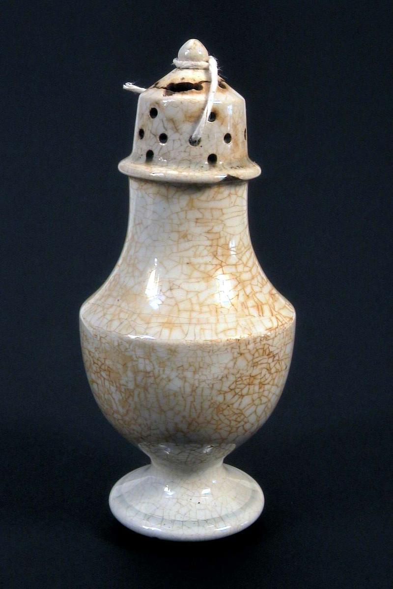 Saltkar i kremfarget keramikk. Glasuren er krakelert.