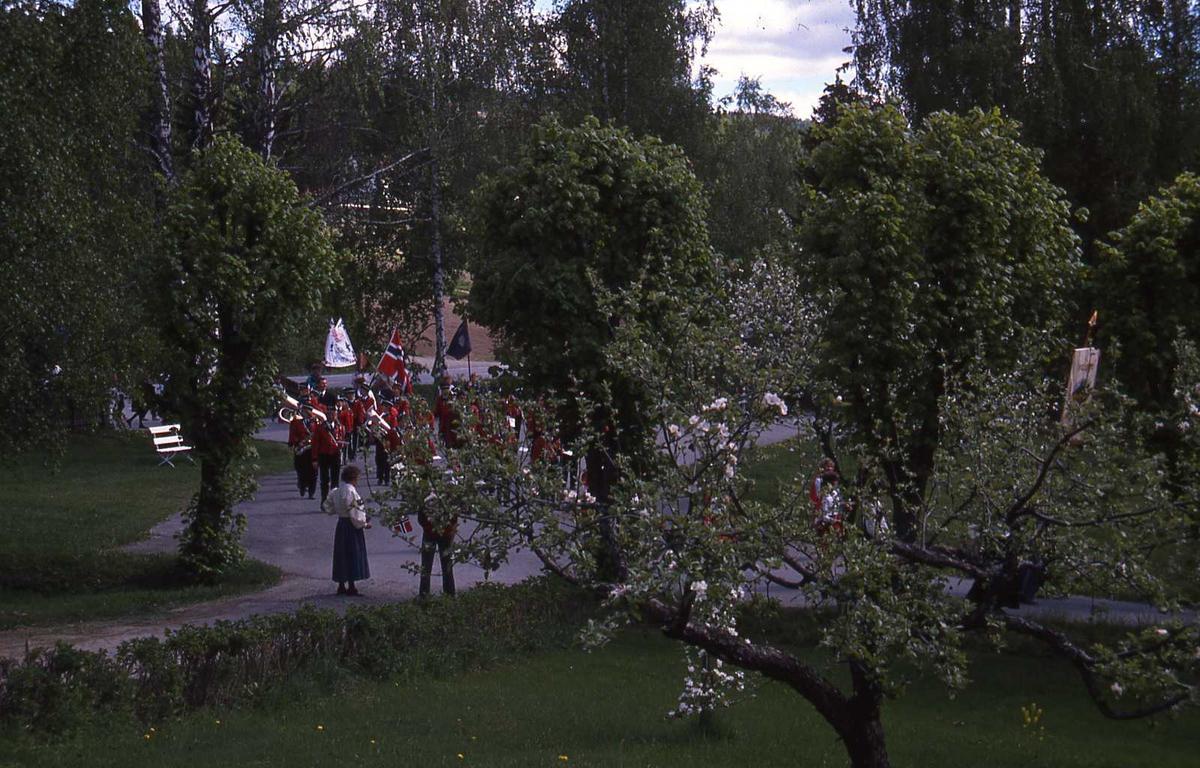 DOK:1990, 17. mai, trær, korps, tog,