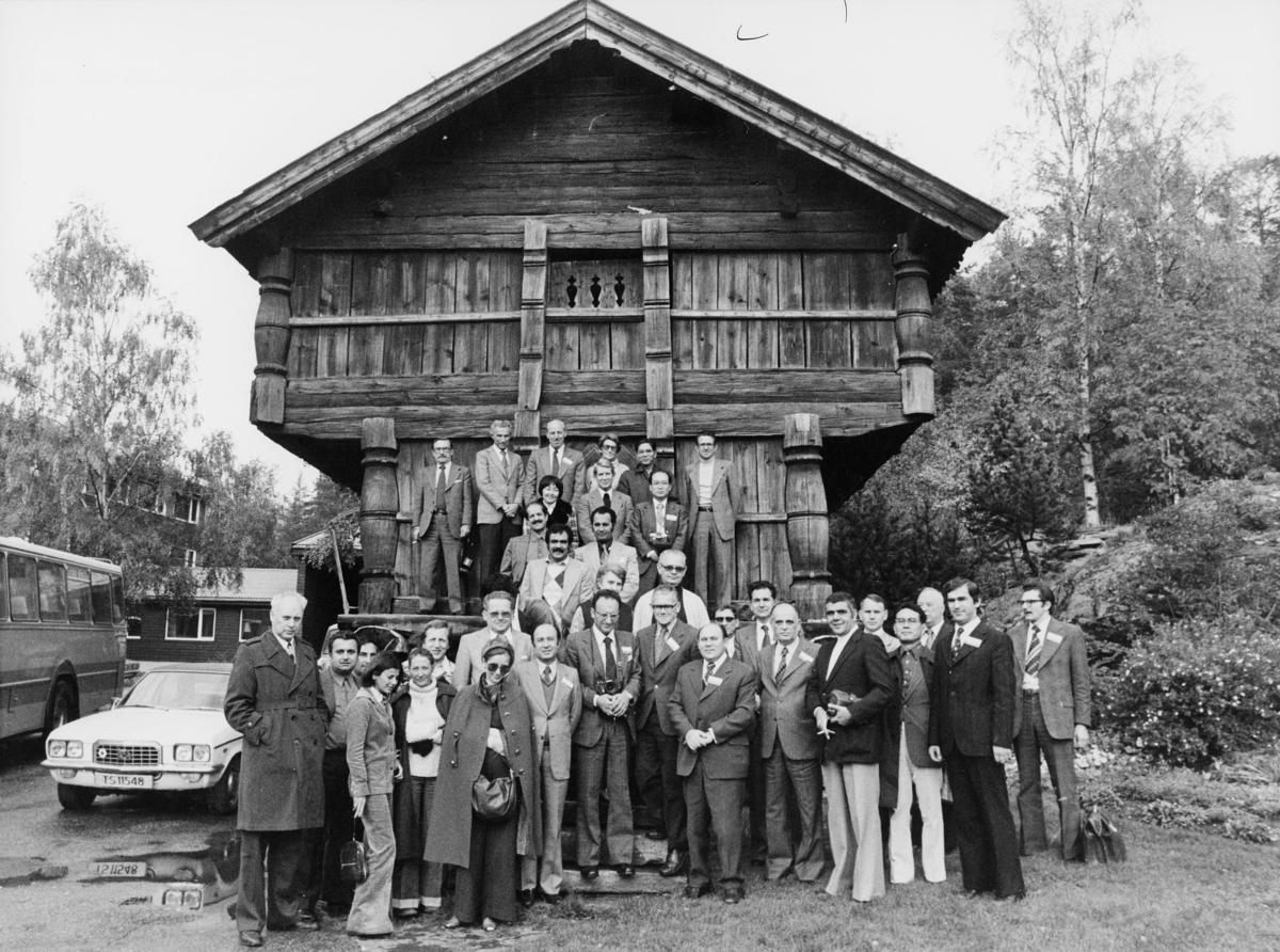 diverse, postkonferanse, den 4. internasjonale postale mekaniseringskonferanse, Oslo 1976, omvisning, menn, kvinner, stabbur