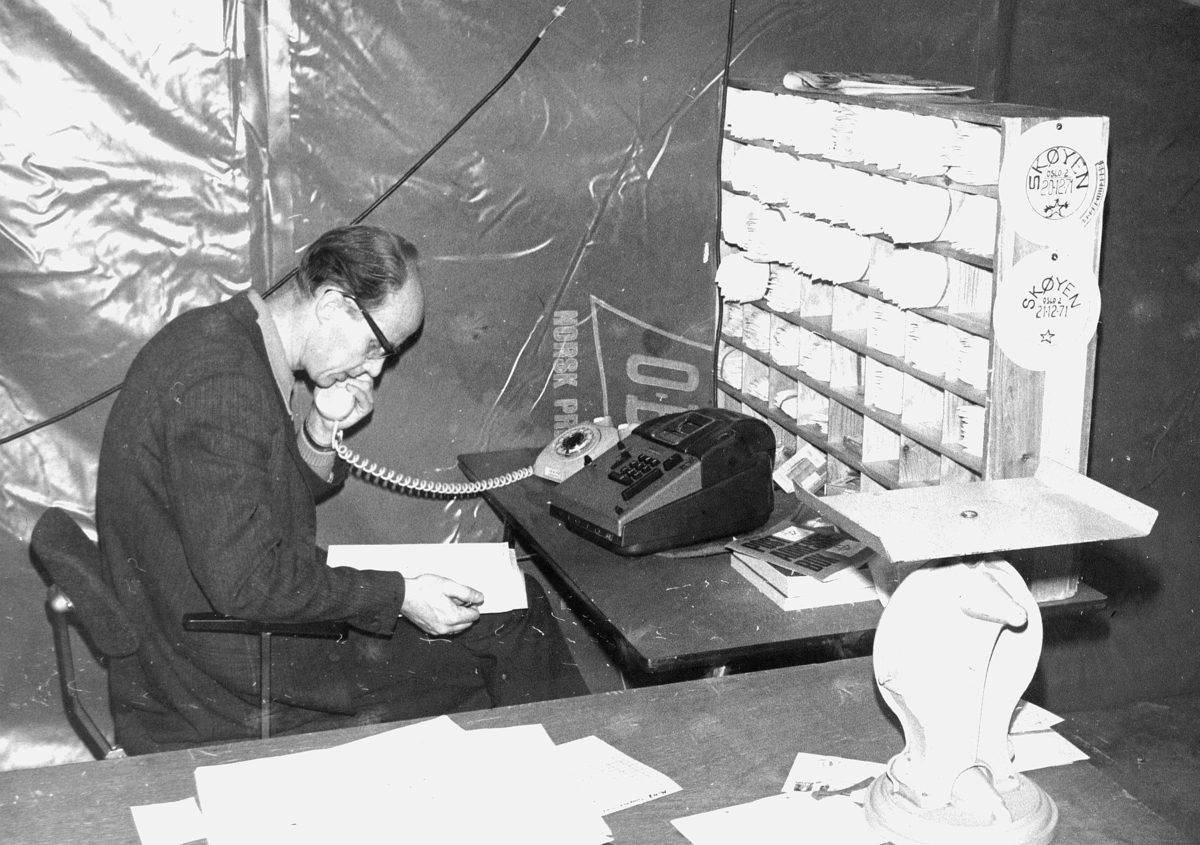 postbehandling, telefonsamtale, sorteringsreol, regnemaskin, vekt, mann