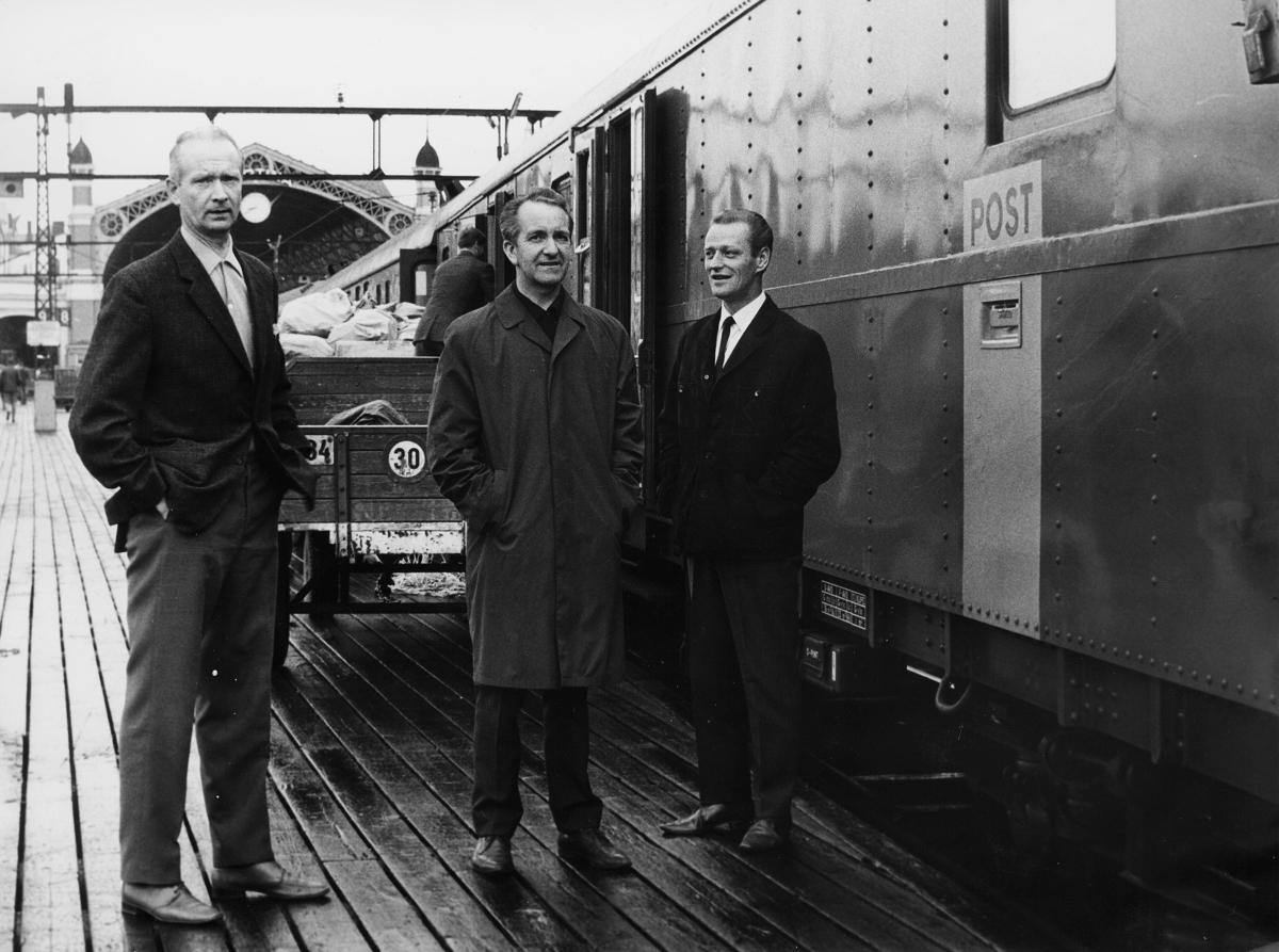transport, tog, eksteriør, Oslo - Kornsjø, postskilt, lasting, tre menn
