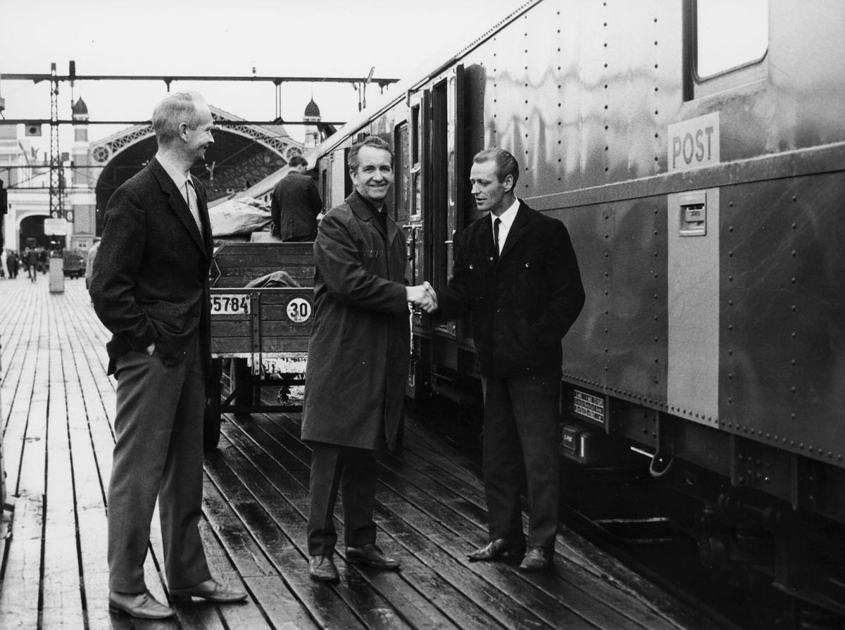 transport, tog, eksteriør, lasting, postskilt, tre menn