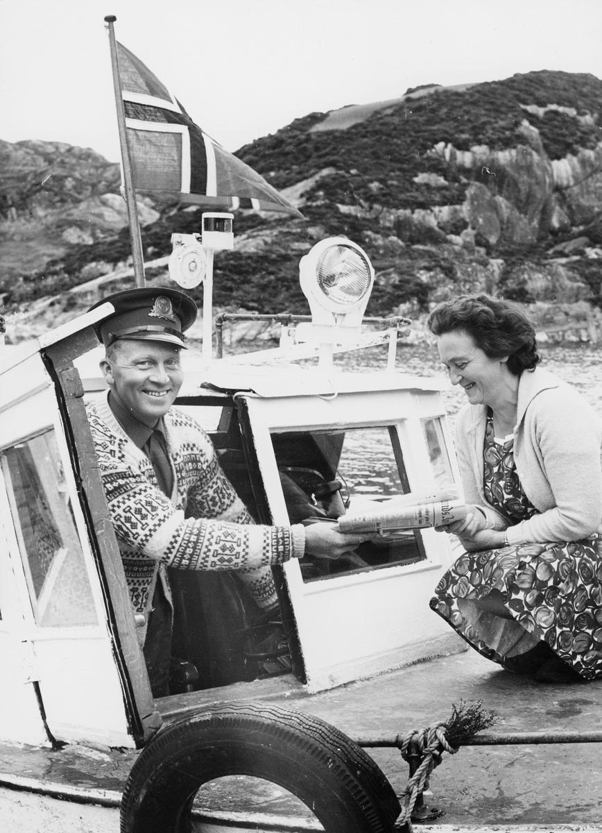 transport, båt, eksteriør, levering av post, flagg, kvinne, landpostbud Oskar Krunenes, ruta Øklandsvågen-Goddø