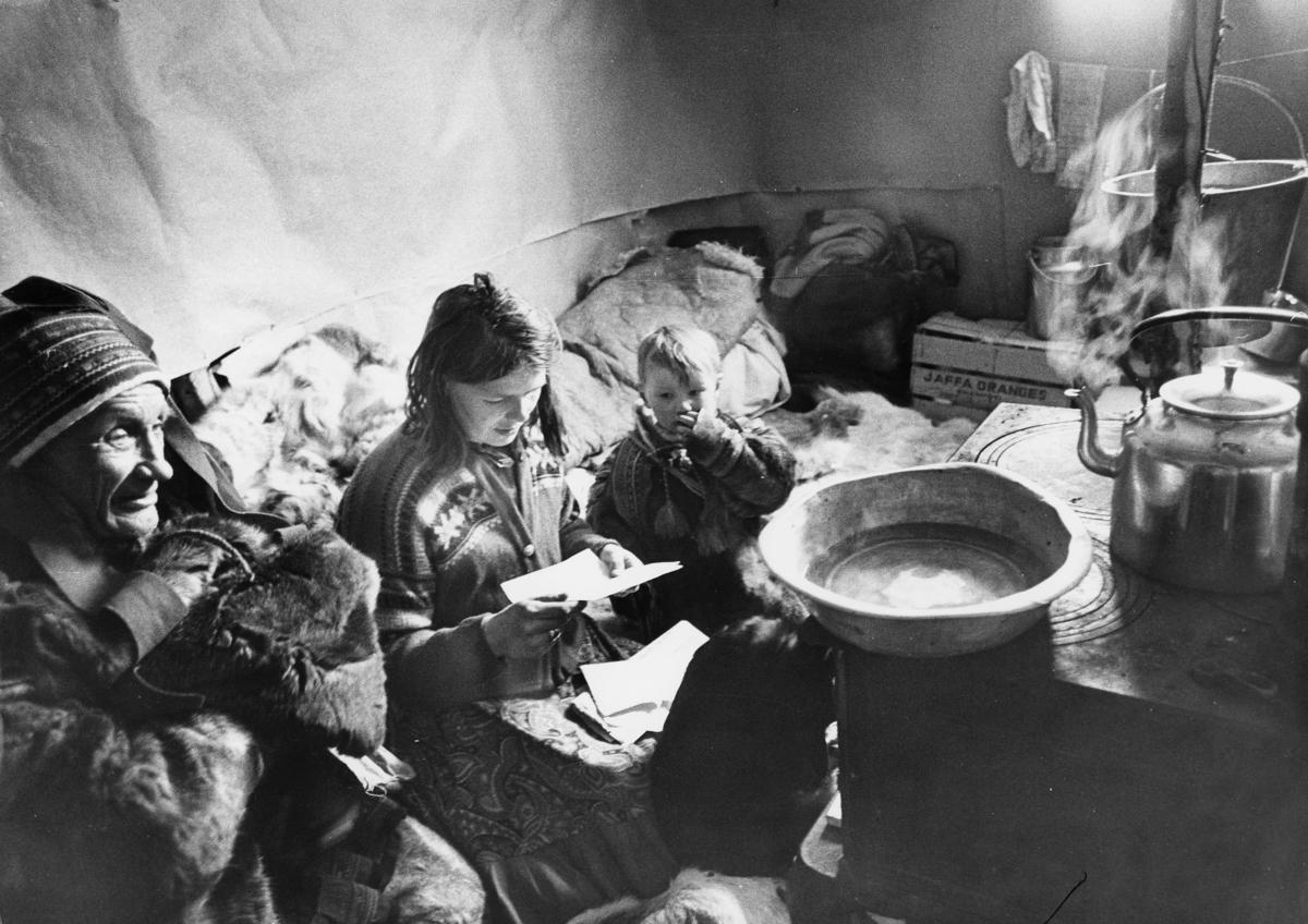 omdeling, samisk område, samer som leser brev, inne i en gamme